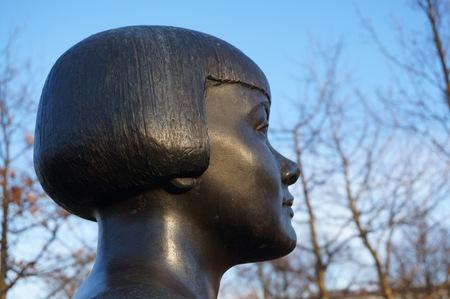 Foto på staty av Karin Boye.