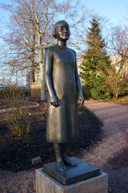Foto av staty över Karin Boye.