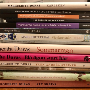 Min hög med femton Marguerite Duras-böcker