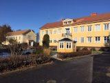 Lusthuset med skolbyggnaden i bakgrunden